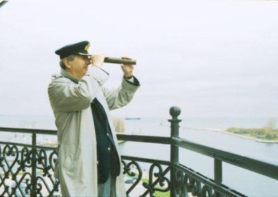 Latarnik Jacek Michalak na szczycie Latarni Morskiej