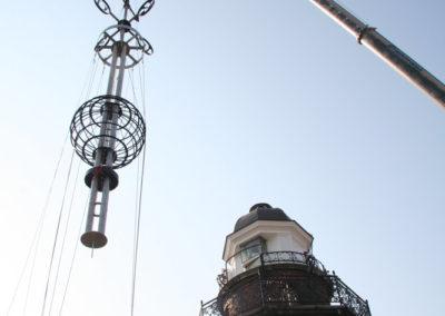 Montaż Kuli Czasu na kopule latarni, 2008. fot. M